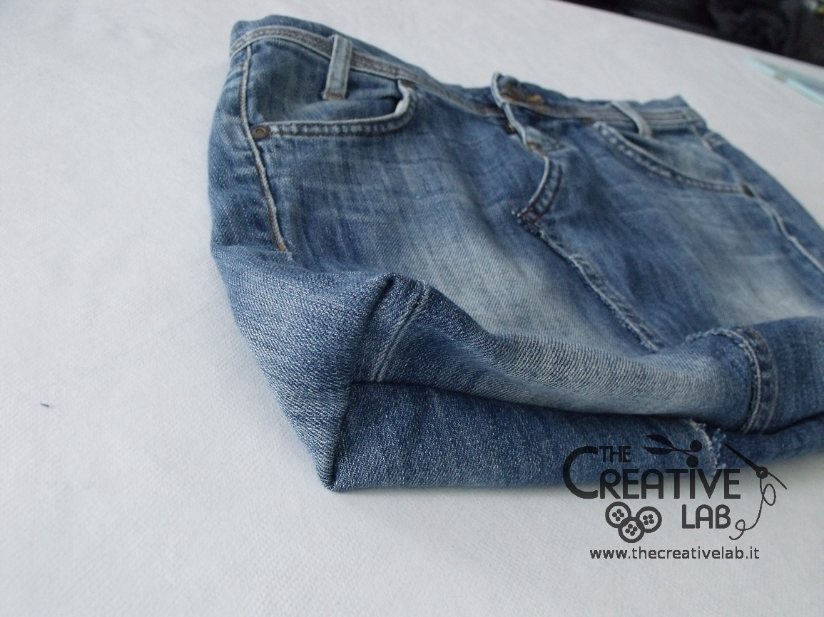 Tutorial come riciclare un vecchio paio di jeans per for Borsa jeans tutorial